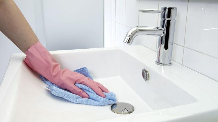 czyszczenie umywalki łazienkowej