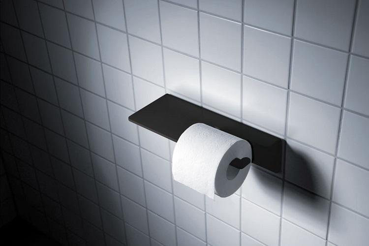 Rolka papieru toaletowego - czy warto kupić stojak do łazienki? A może zwykły uchwyt wystarczy?