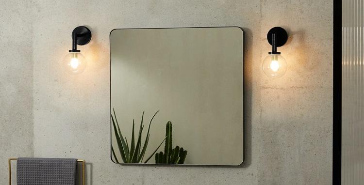 kinkiety obok lustra łazienkowego