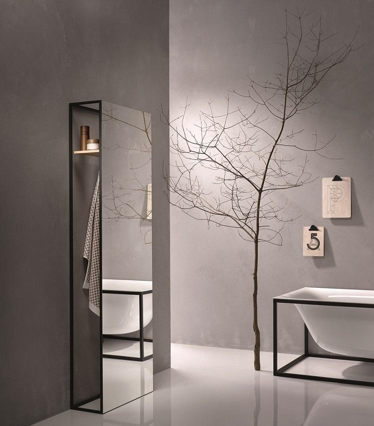 dekoracyjne lustro stojące w łazience, z półką oraz wieszakiem na ręczniki