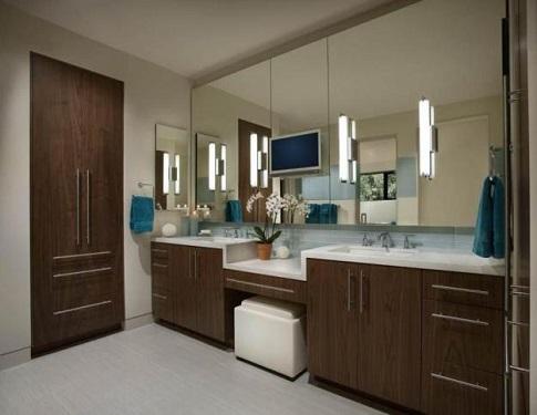 toaletka kosmetyczna w dużej łazience, z kinkietami